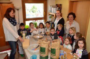 """Kinder der Kita St. Hedwig haben 136 Brote zusammen mit ihren Erzieherinnen gebacken und als """"Solibrot"""" verkauft"""