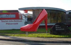 Der Hauensteiner Riesenpumps muss seinen Standort auf dem Verkehrsteiler an der B10-Einfahrt verlassen