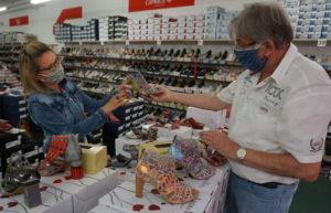 Einzelhändler müssen Geschäfte schließen, die Großen dürfen ohne Probleme die Waren verkaufen.