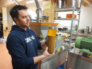 3000 Kilo Walnüsse täglich zu Walnussöl gepresst